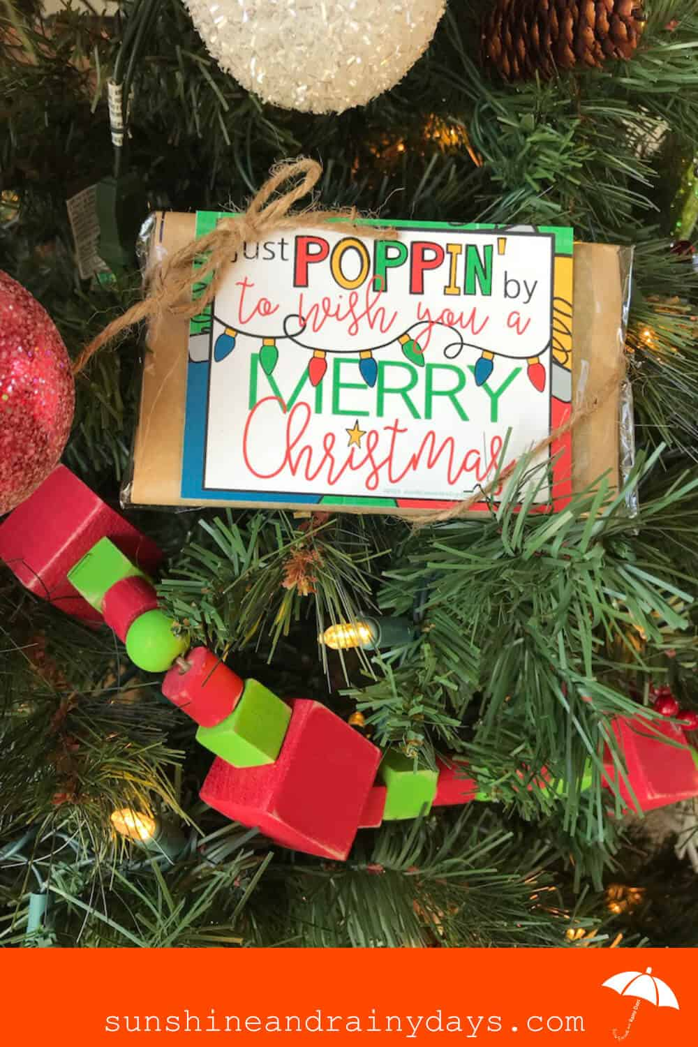 Do you need a super easy and inexpensive gift idea? How about microwave popcorn with a Just Poppin' By To Wish You A Merry Christmas! This gift is super simple to put together and the cost is so little, you'll wonder why you didn't think of it sooner! Just Poppin By Printable | Just Poppin By To Say Merry Christmas | #ChristmasPrintables #Popcorn #SARD